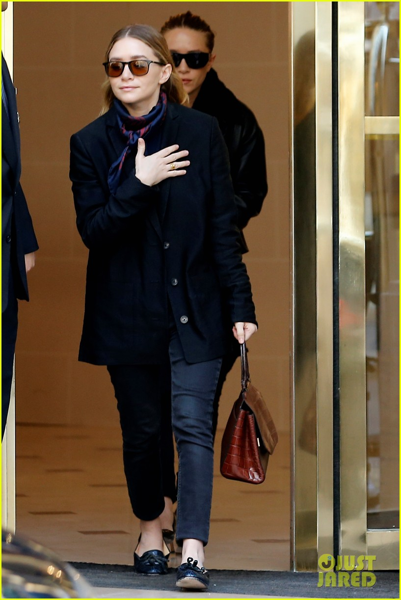 ashley olsen leads the way to louis vuitton mary kate her huge rock follow behind 033067192
