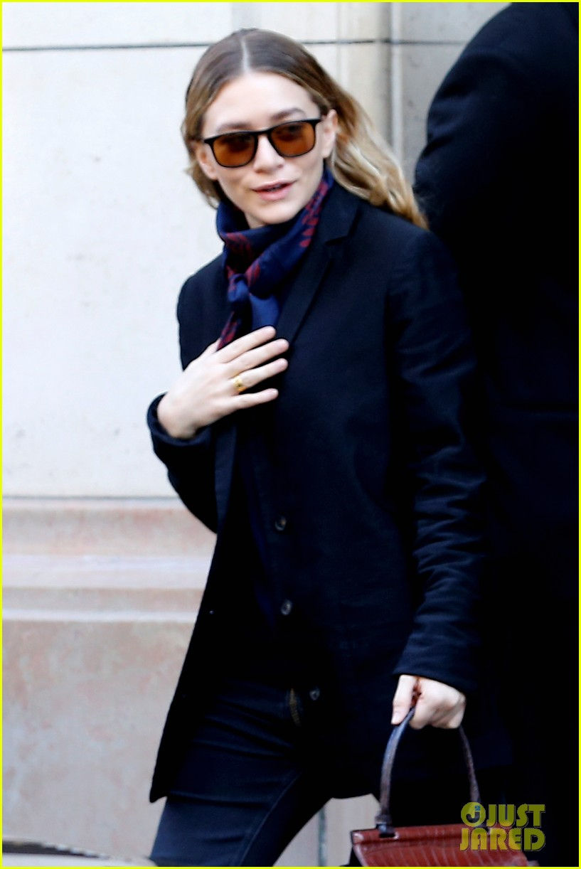 ashley olsen leads the way to louis vuitton mary kate her huge rock follow behind 043067193