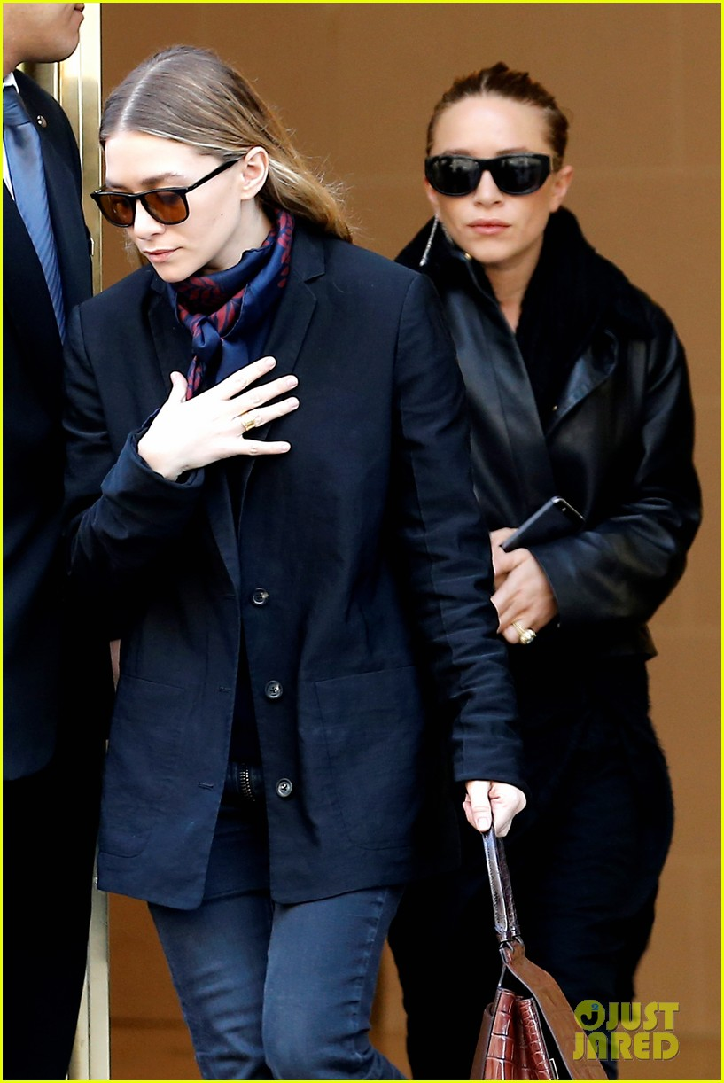 ashley olsen leads the way to louis vuitton mary kate her huge rock follow behind 063067195