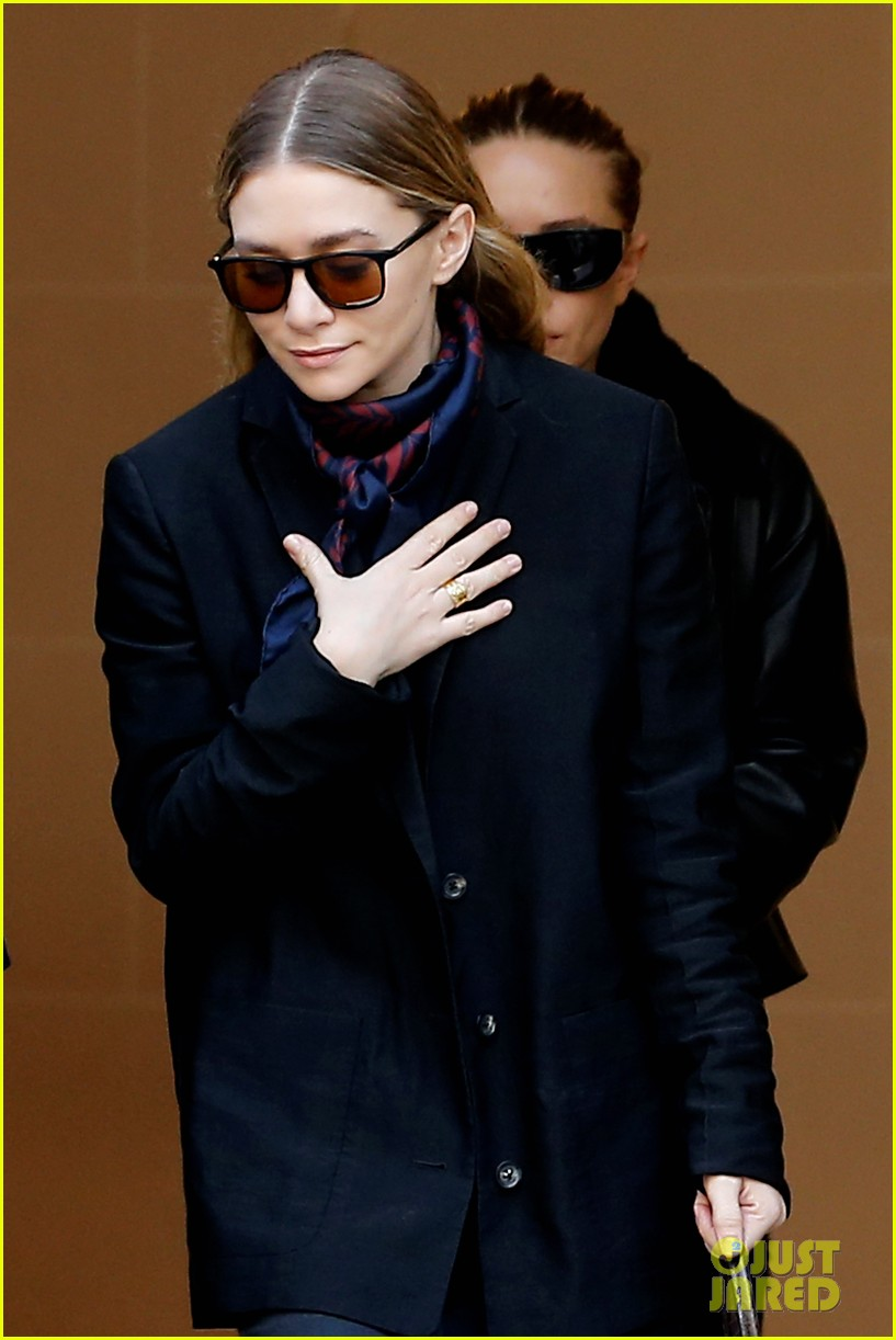 ashley olsen leads the way to louis vuitton mary kate her huge rock follow behind 083067197