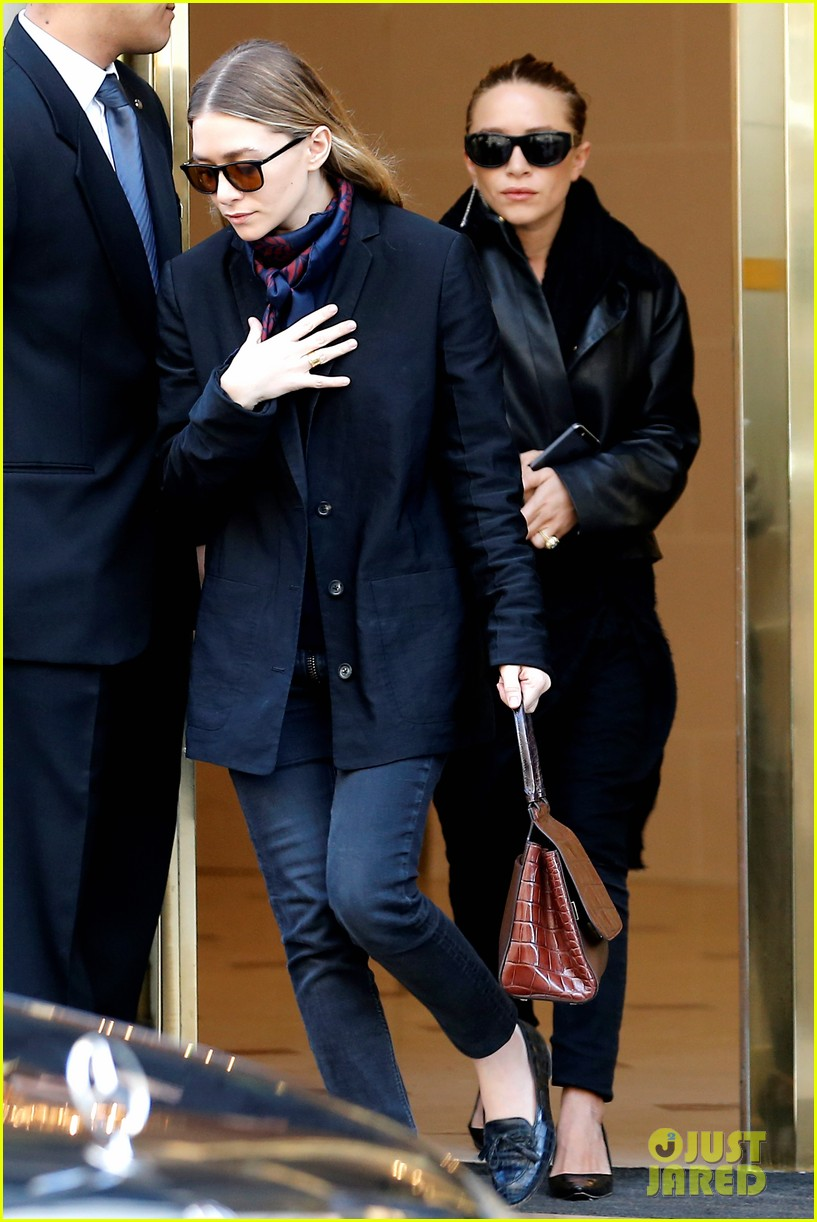 ashley olsen leads the way to louis vuitton mary kate her huge rock follow behind 093067198