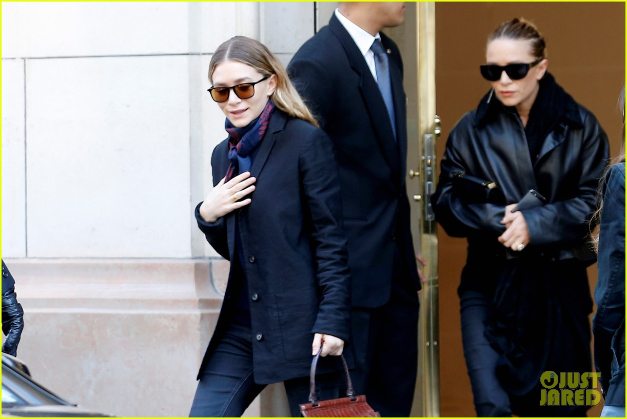 ashley olsen leads the way to louis vuitton mary kate her huge rock follow behind 143067203
