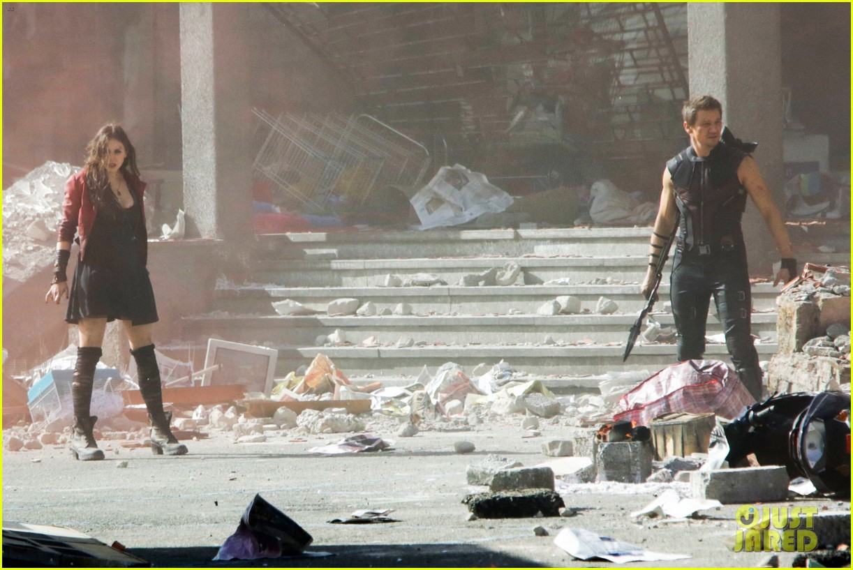 elizabeth olsen aaron taylor johnson avengers 2 set photos 303077874
