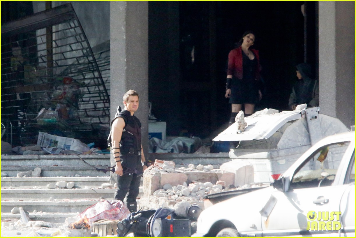 elizabeth olsen aaron taylor johnson avengers 2 set photos 313077875