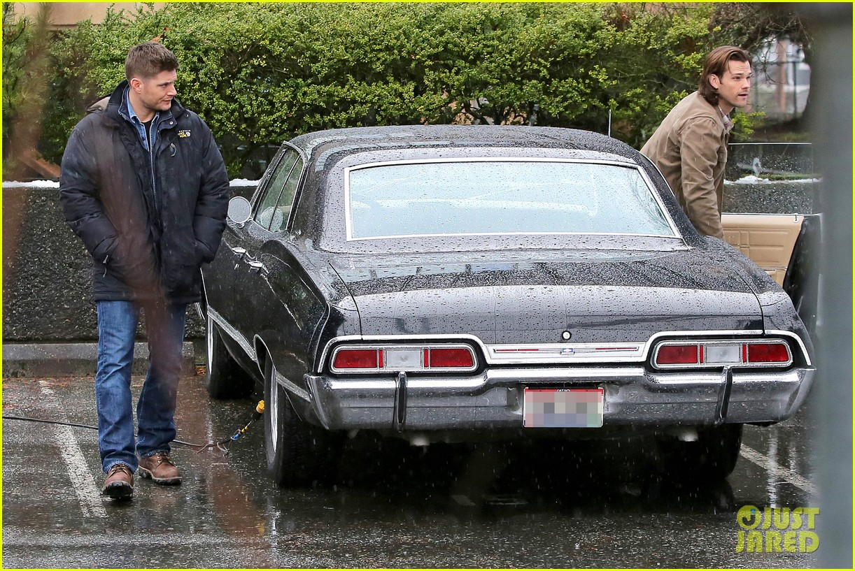 jared padalecki jensen ackles work in the pouring rain 06