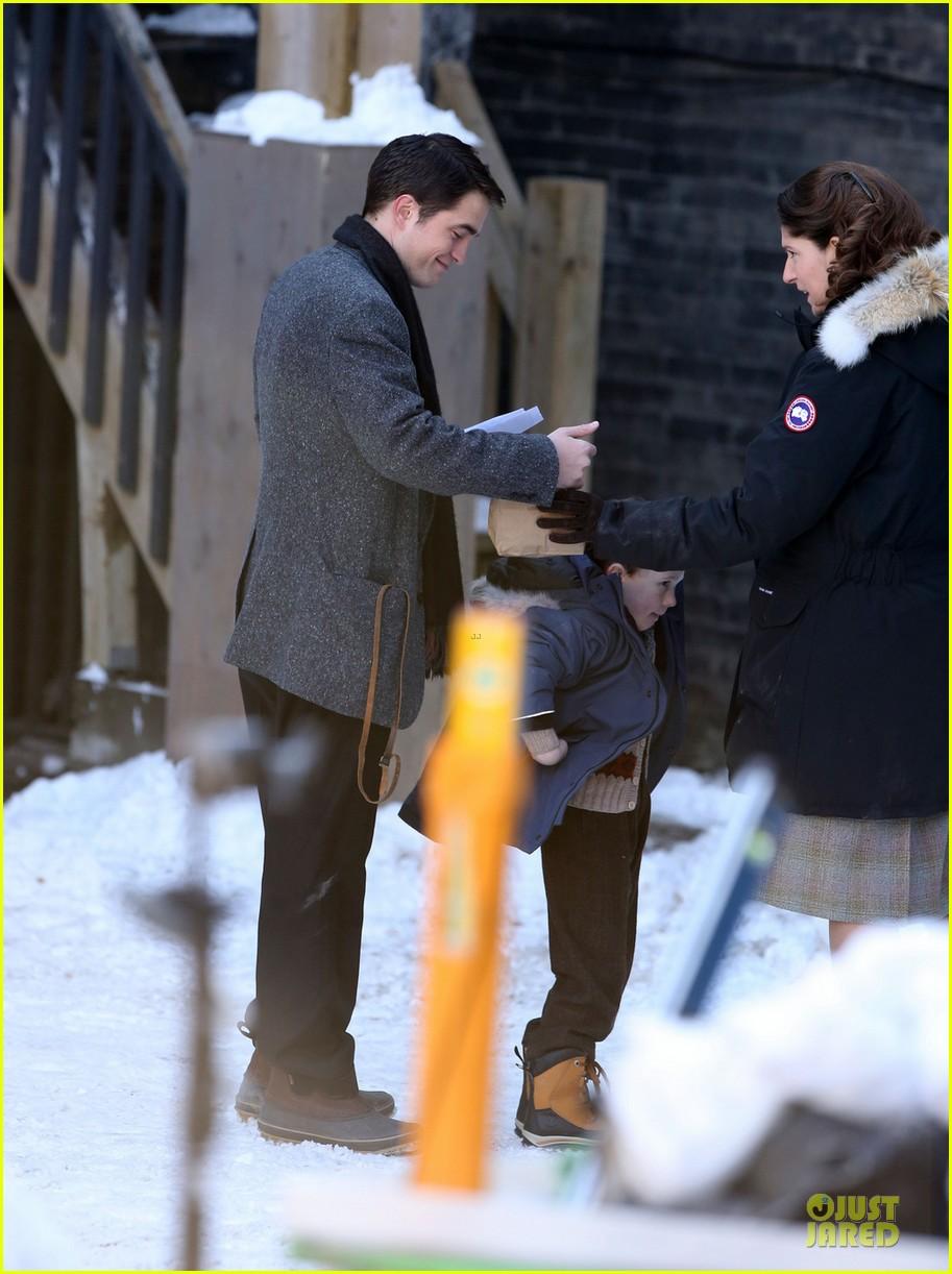 robert pattinson is full of life for snow scenes 013068244