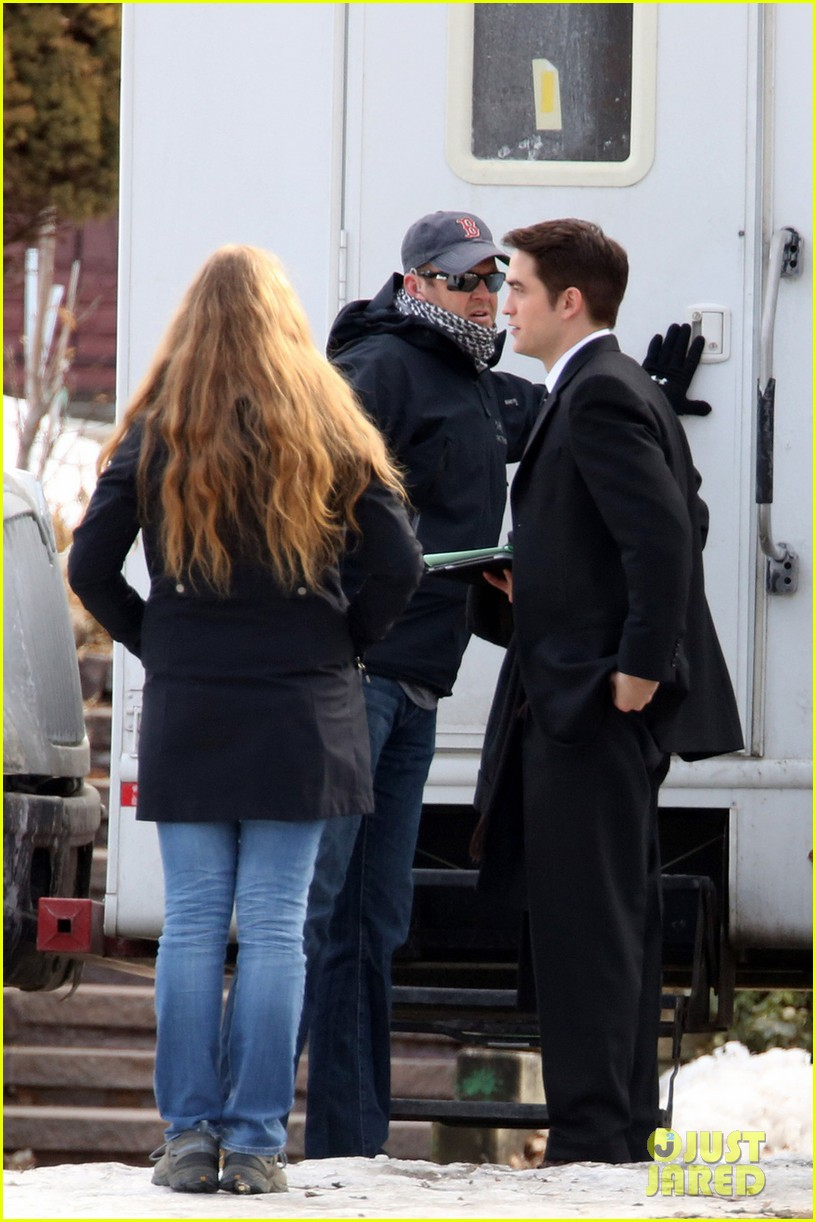 robert pattinson keeps filming on snowy life set 053074035