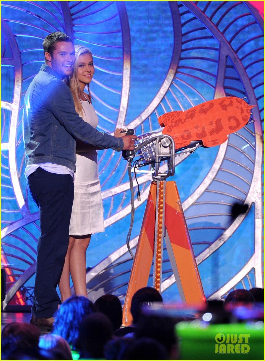 nicola peltz jack reynor kids choice awards 2014 013081357