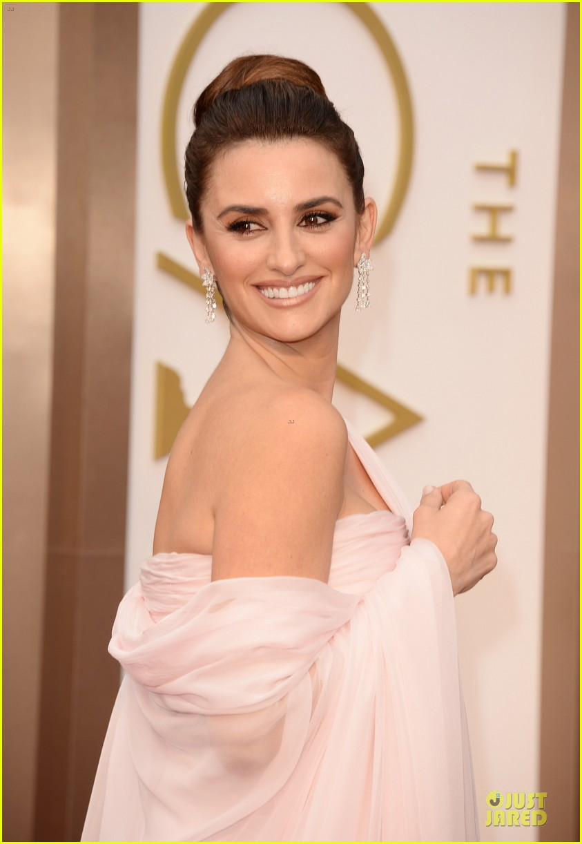 penelope cruz gorgeously flows on oscars 2014 red carpet 023063912