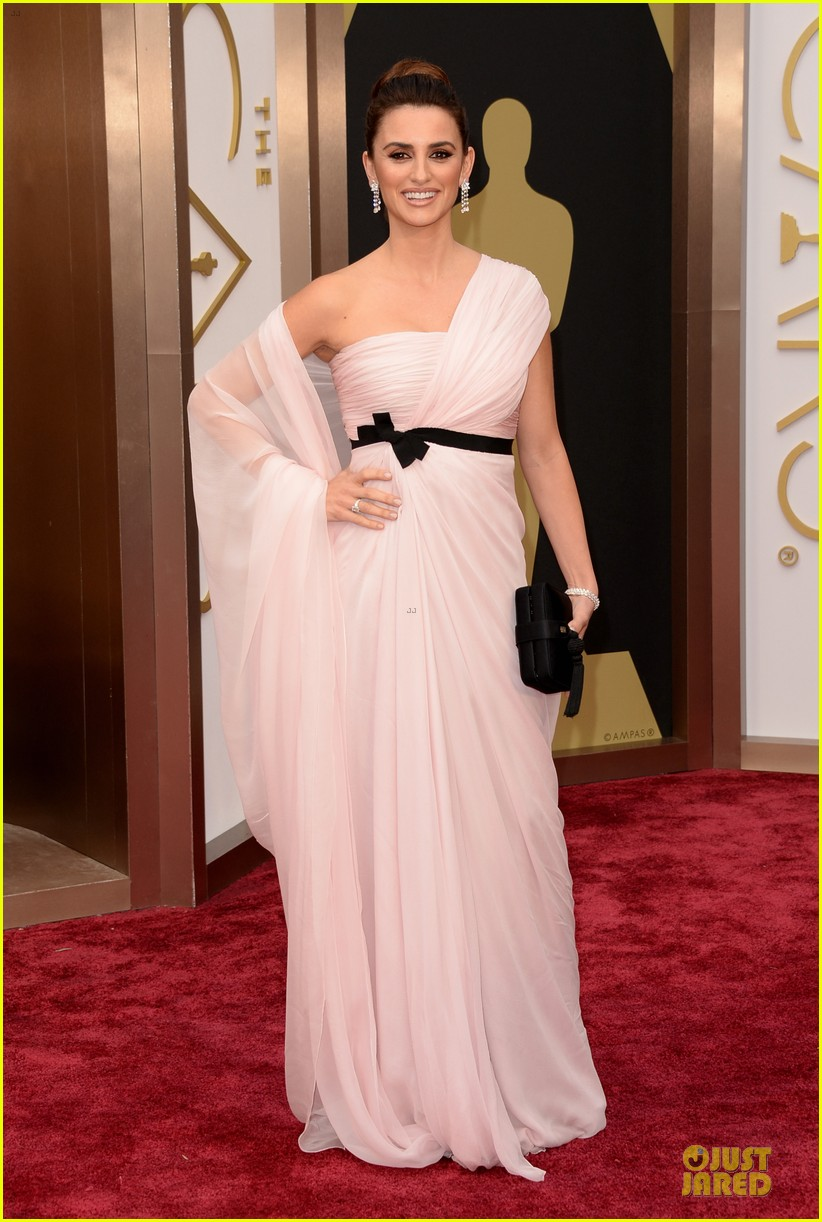 penelope cruz gorgeously flows on oscars 2014 red carpet 03