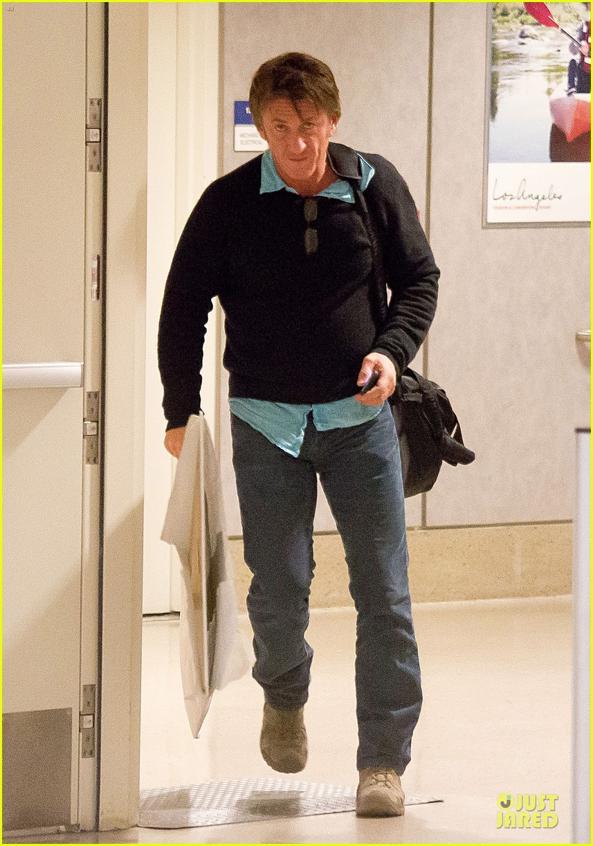 sean penn returns to lax with painting 023070169