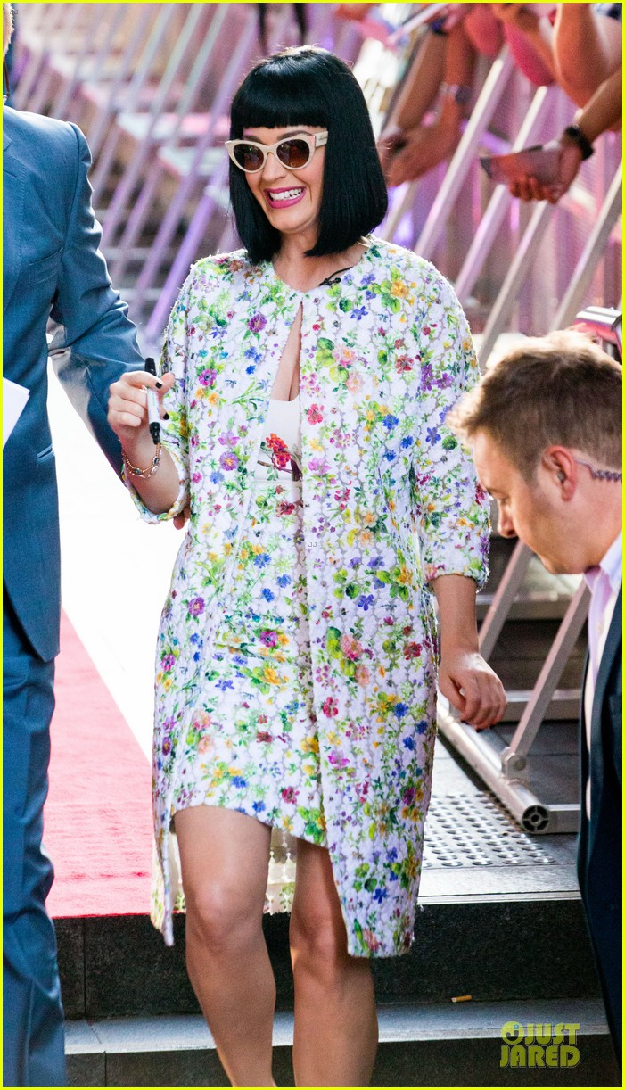 katy perry excites australian fans with her colorful spirit 013066200