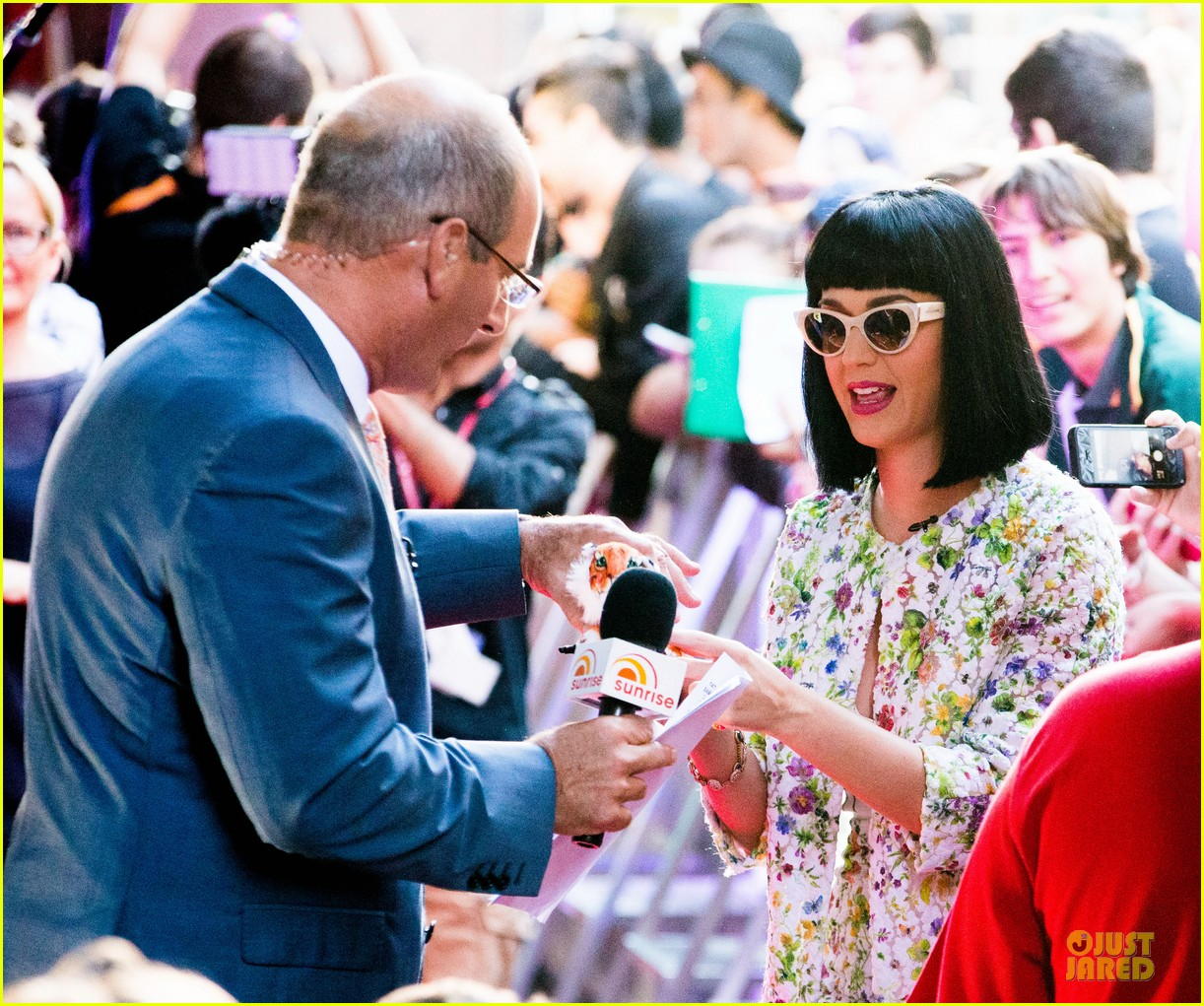katy perry excites australian fans with her colorful spirit 023066201