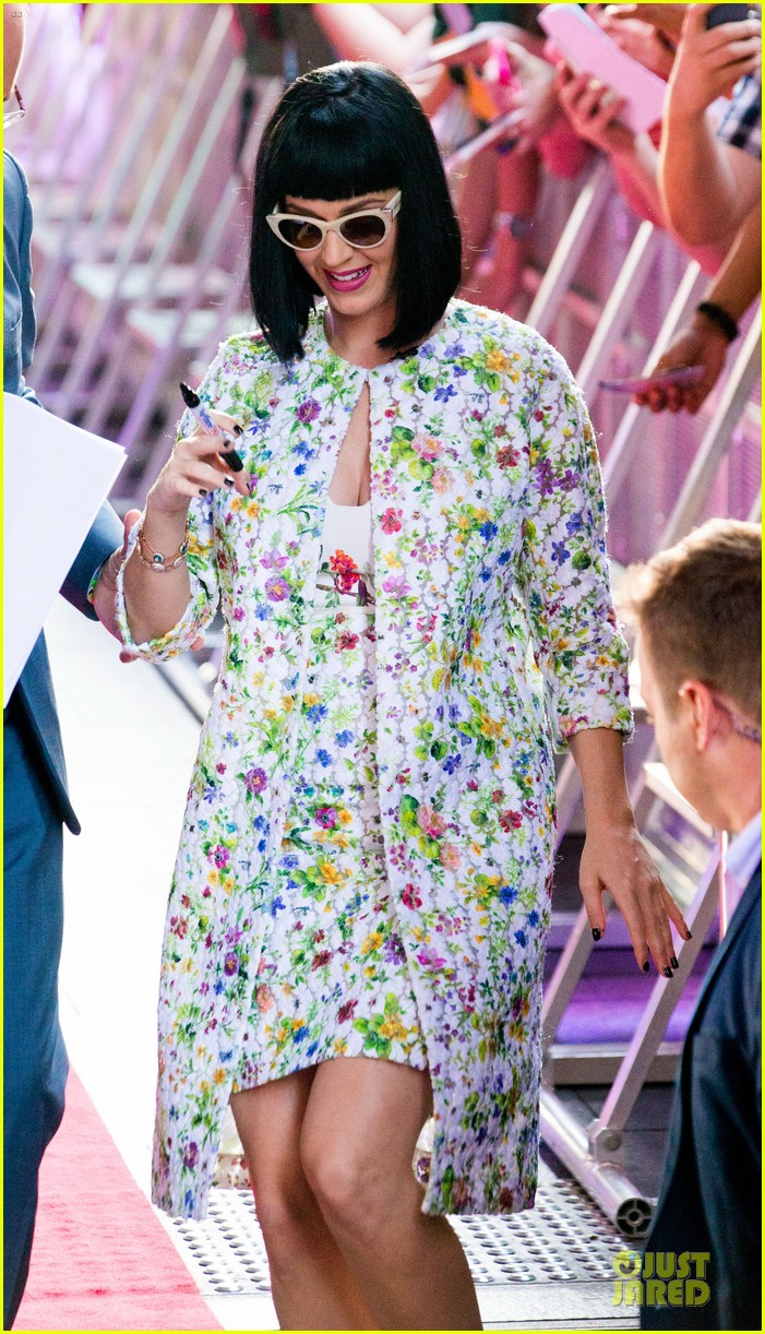 katy perry excites australian fans with her colorful spirit 033066202