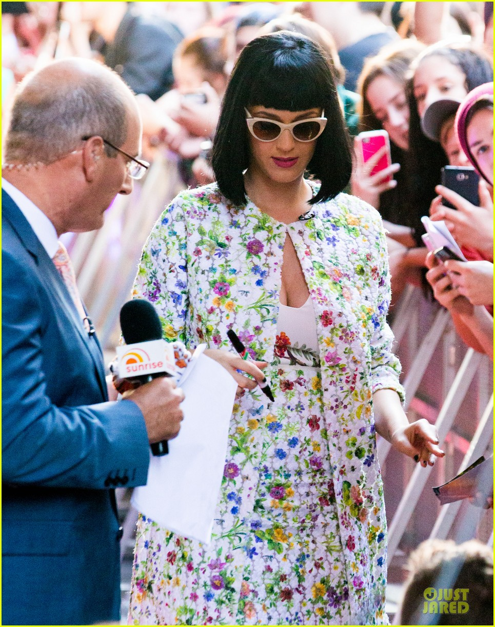 katy perry excites australian fans with her colorful spirit 073066206