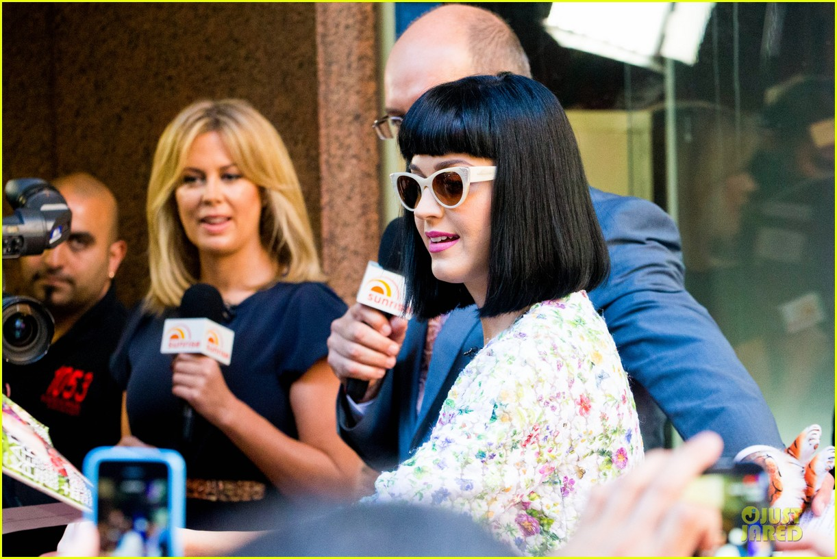 katy perry excites australian fans with her colorful spirit 093066208