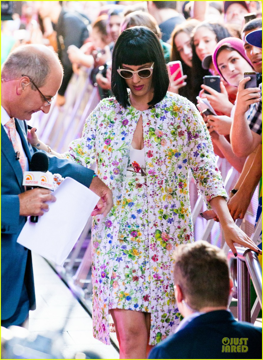 katy perry excites australian fans with her colorful spirit 103066209