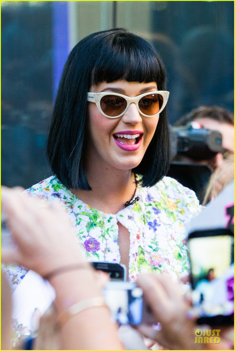 katy perry excites australian fans with her colorful spirit 133066212