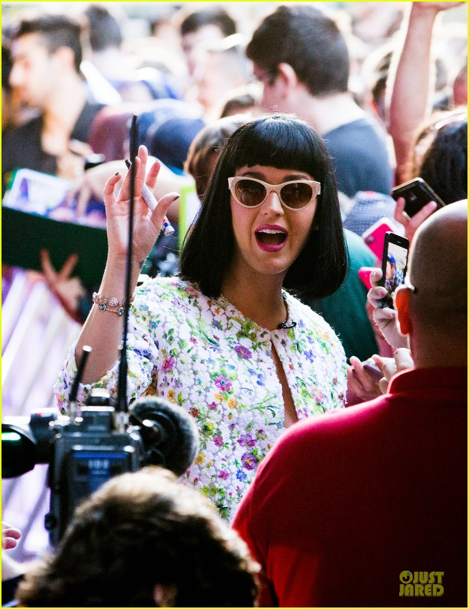 katy perry excites australian fans with her colorful spirit 143066213