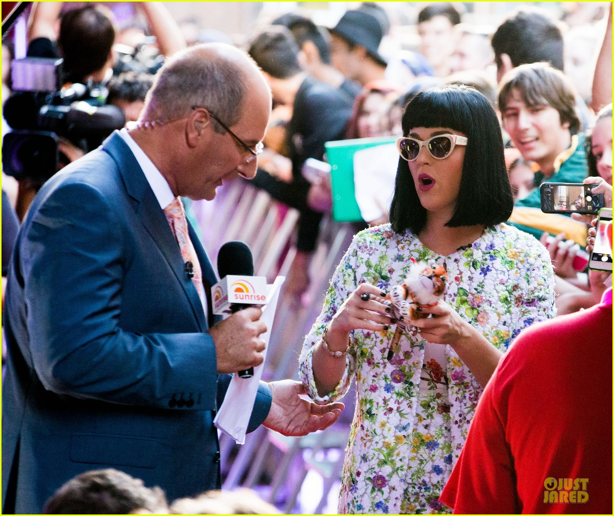katy perry excites australian fans with her colorful spirit 153066214