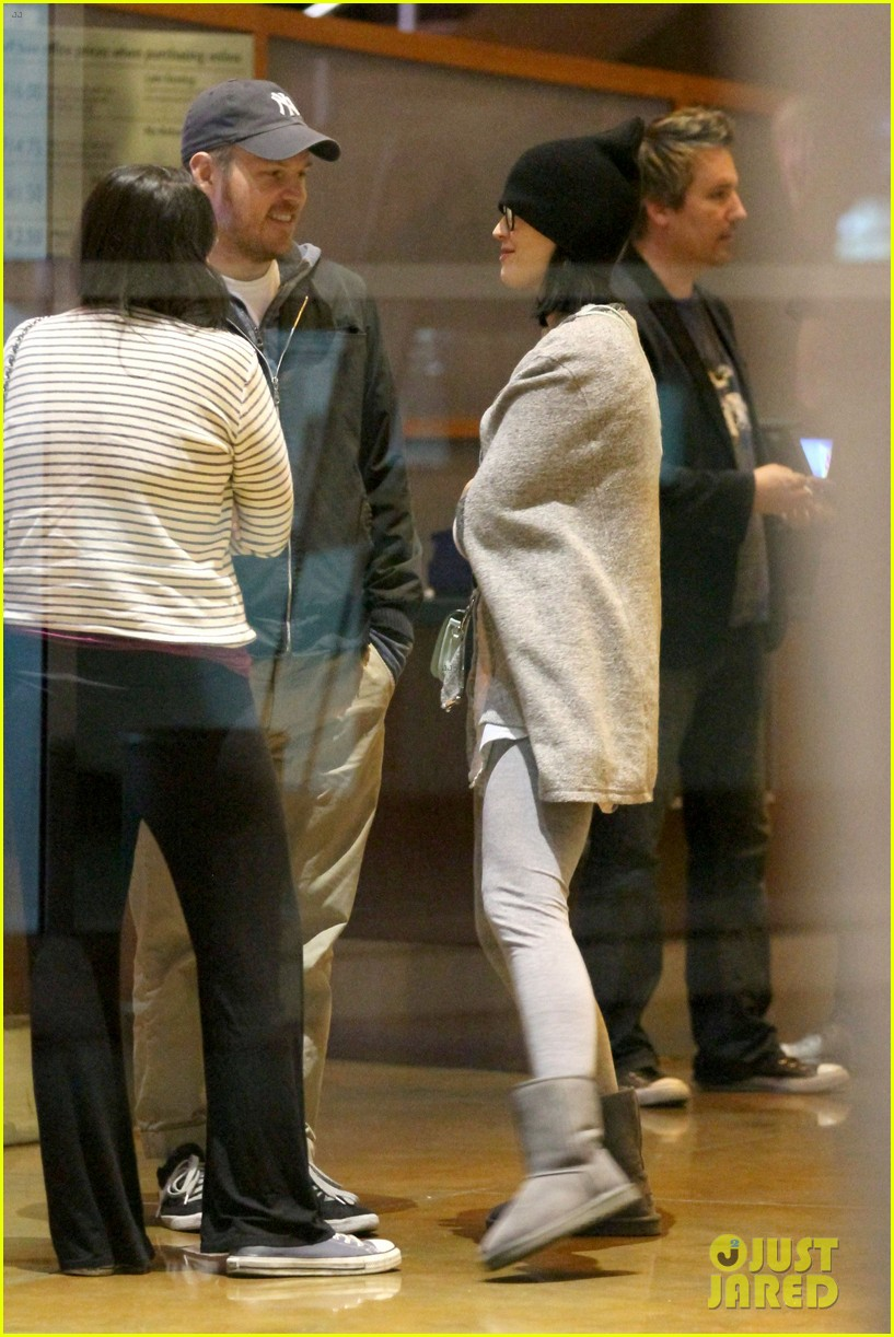 katy perry catches a movie with friends 013069350