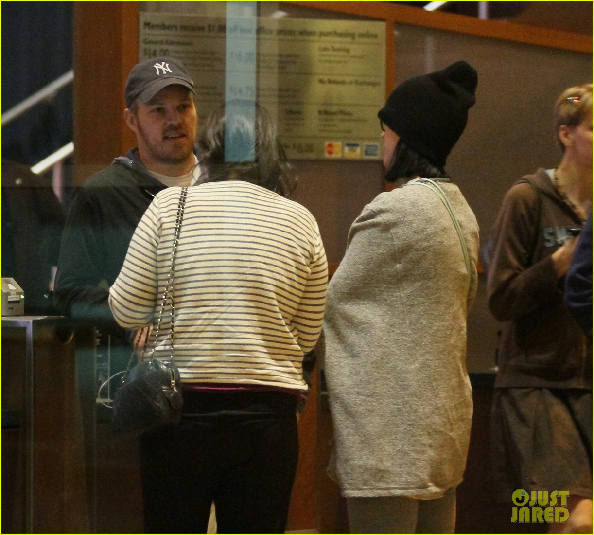 katy perry catches a movie with friends 023069351