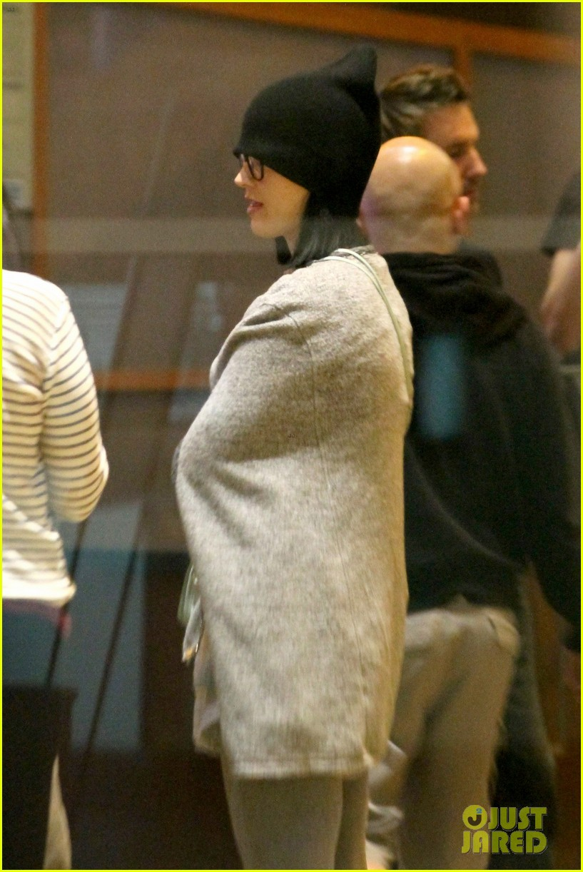 katy perry catches a movie with friends 043069353