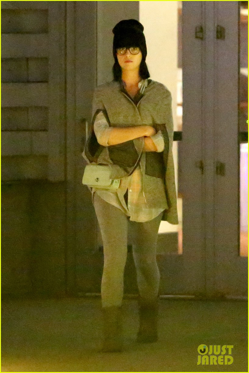 katy perry catches a movie with friends 053069354