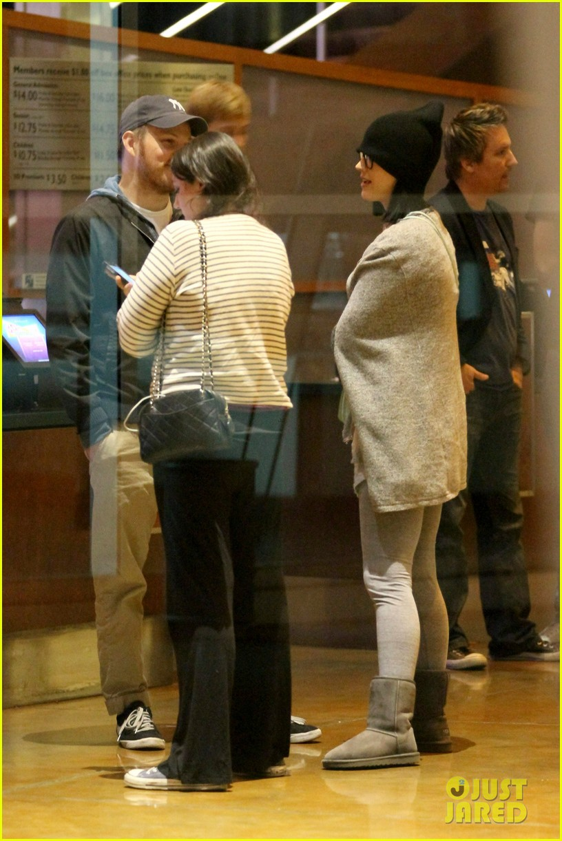 katy perry catches a movie with friends 123069361