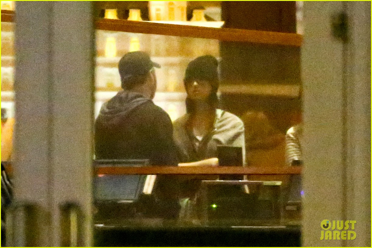katy perry catches a movie with friends 133069362