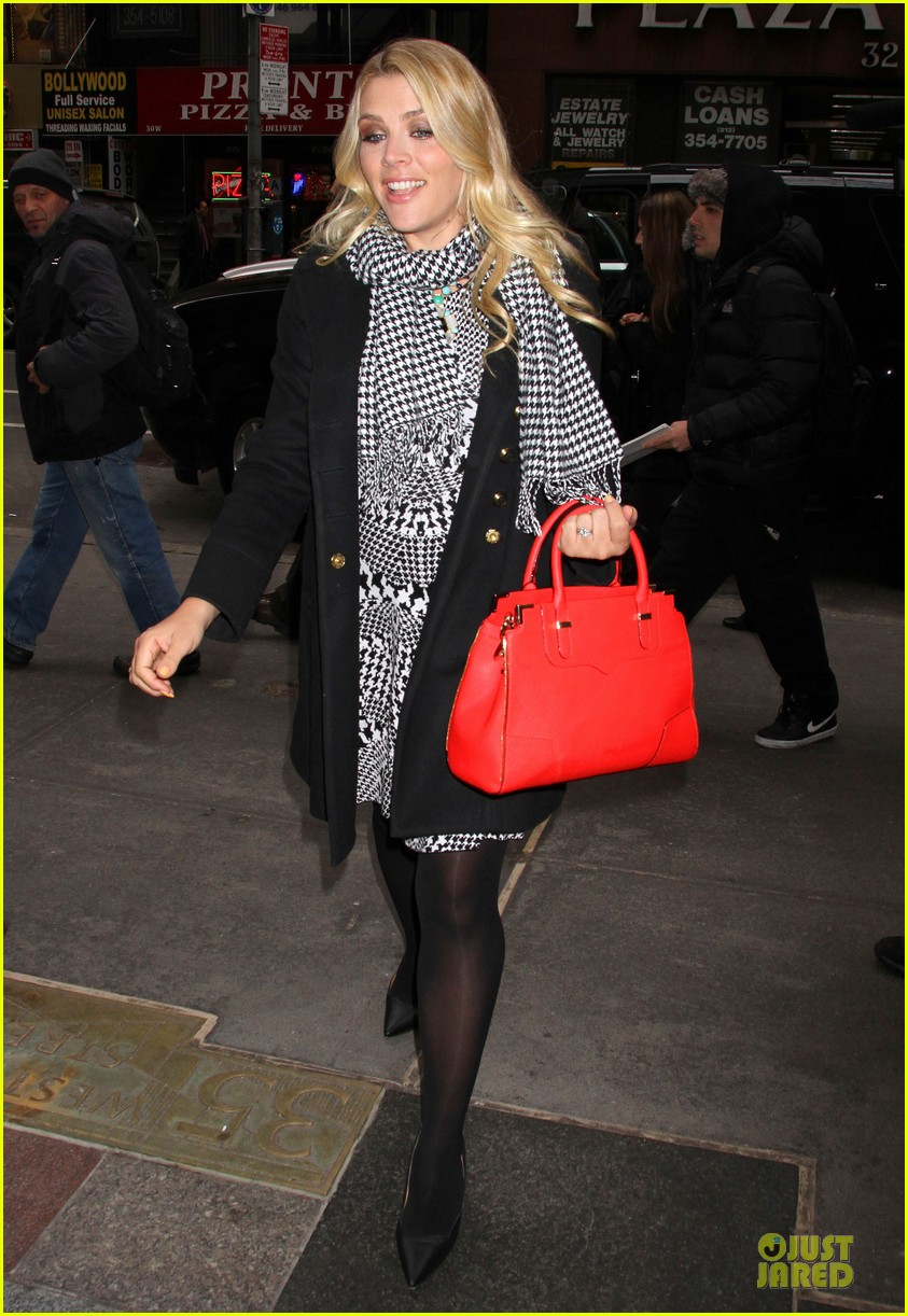 busy philipps wows us with black white show appearances 033069581