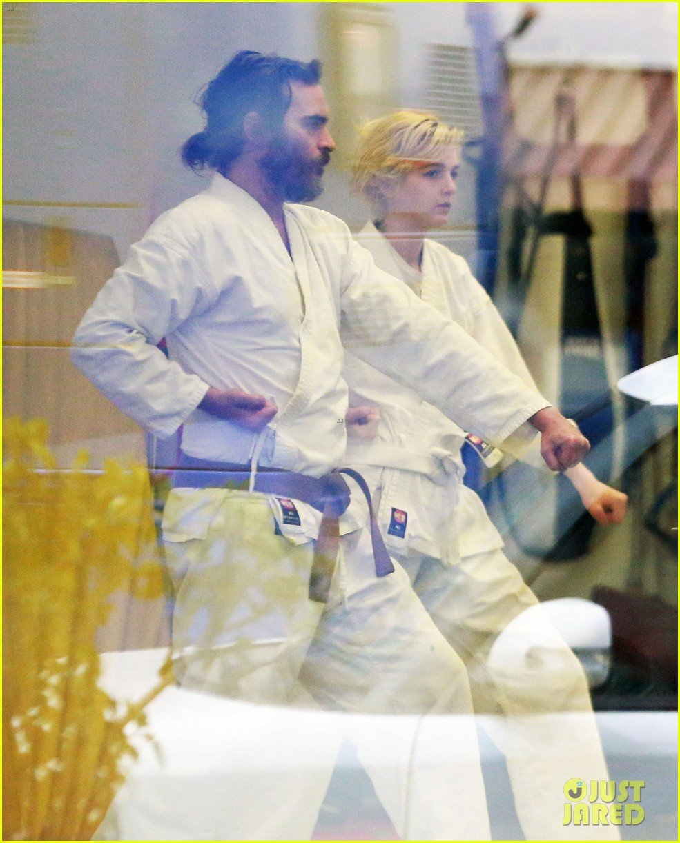 joaquin phoenix allie teilz take karate class on oscar sunday 043065841