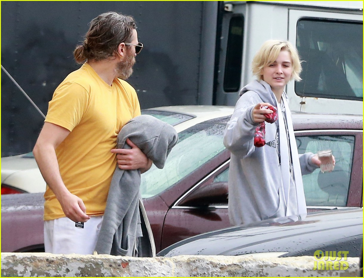 joaquin phoenix allie teilz take karate class on oscar sunday 09