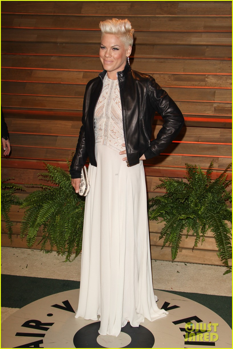 pink attends the vanity fair oscars party 2014 after performing 06