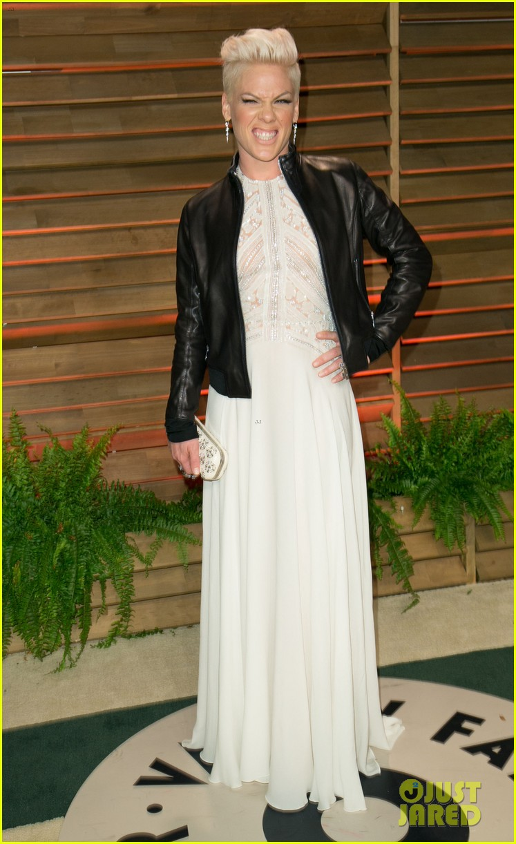 pink attends the vanity fair oscars party 2014 after performing 08