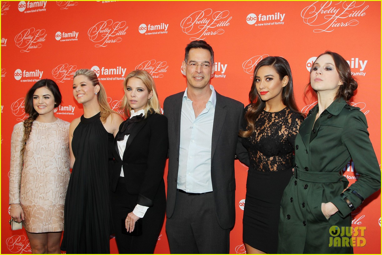 pretty little liars cast presents finale episode at nyc live read 193074596