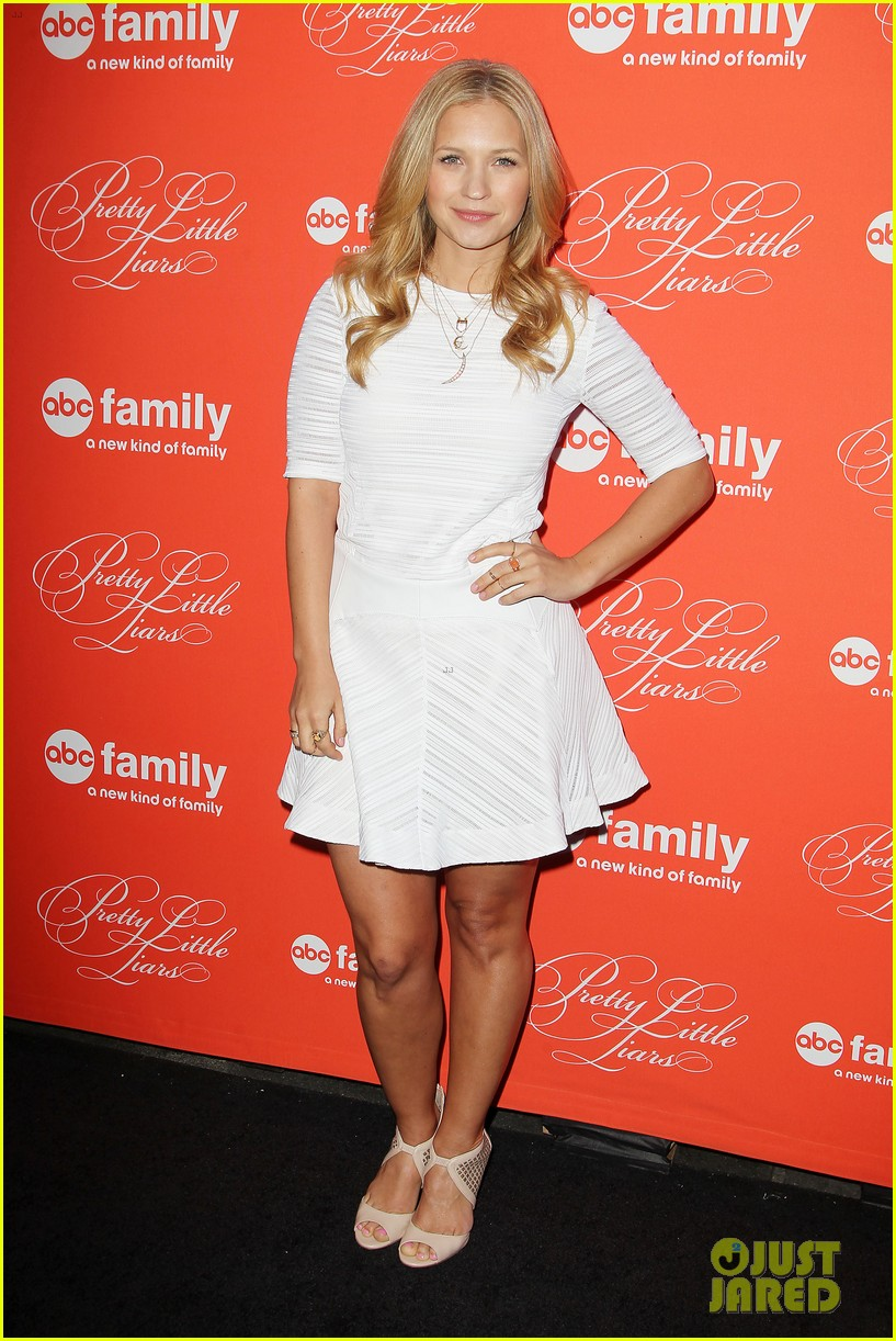 pretty little liars cast presents finale episode at nyc live read 253074602