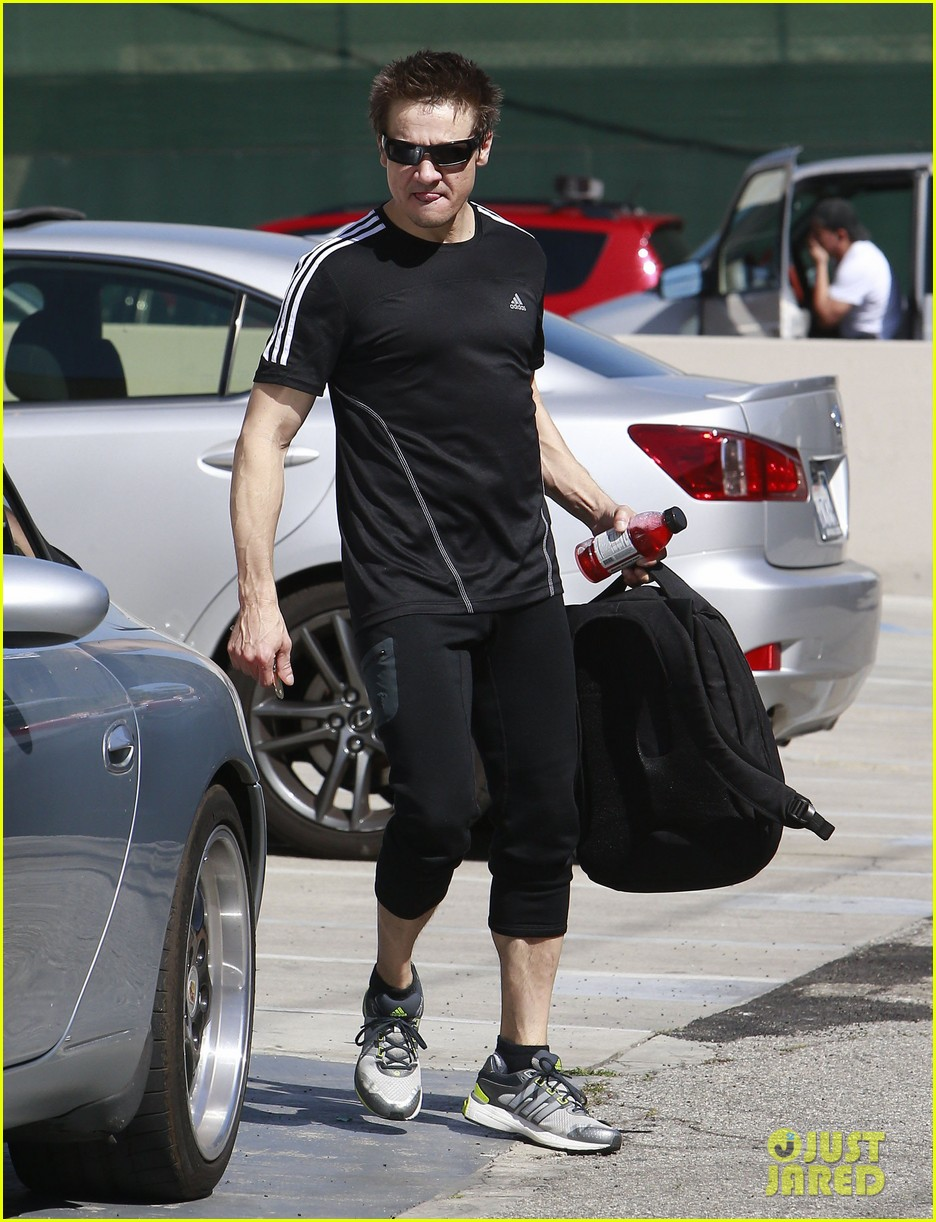 jeremy renner keeps his action hero body in tip top shade 063072991