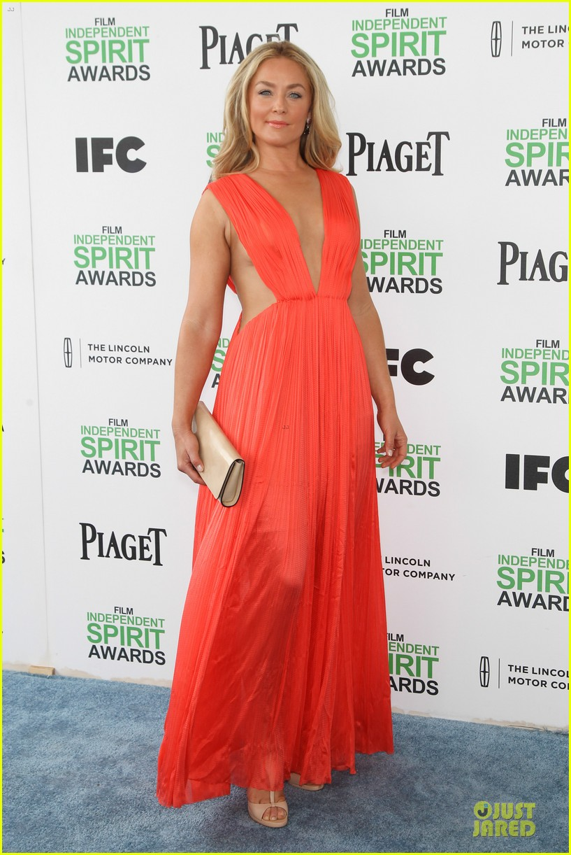 jeremy renner elizabeth rohm exudes american hustle aura at independent spirit awards 2014 033062932