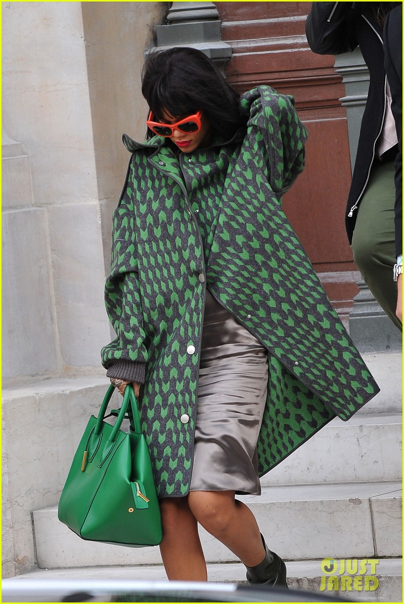 rihanna continues fashion week fun in paris 123065640