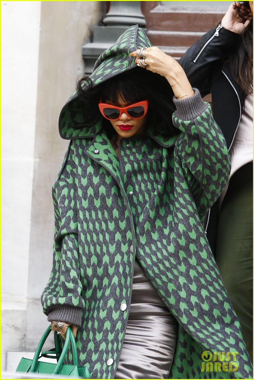 rihanna continues fashion week fun in paris 153065643