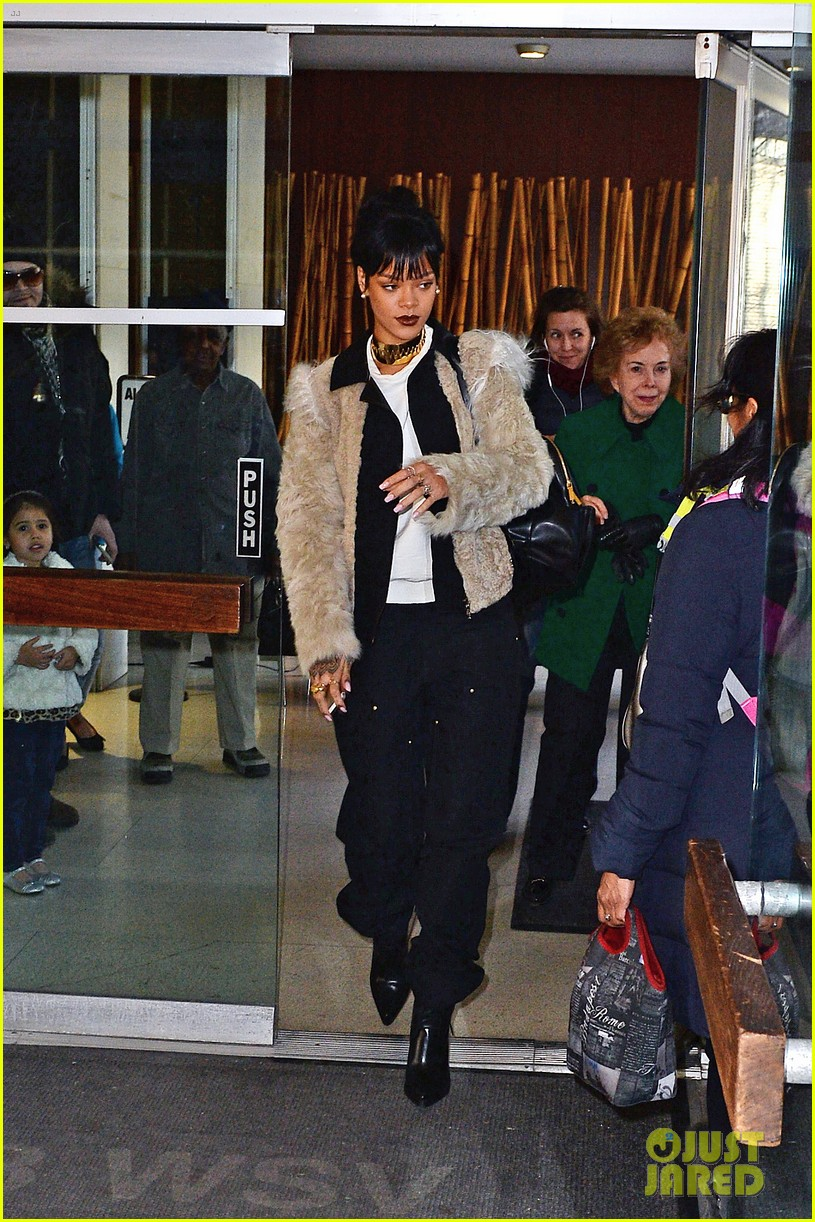 rihanna steps out in style to visit the dentist 013074671