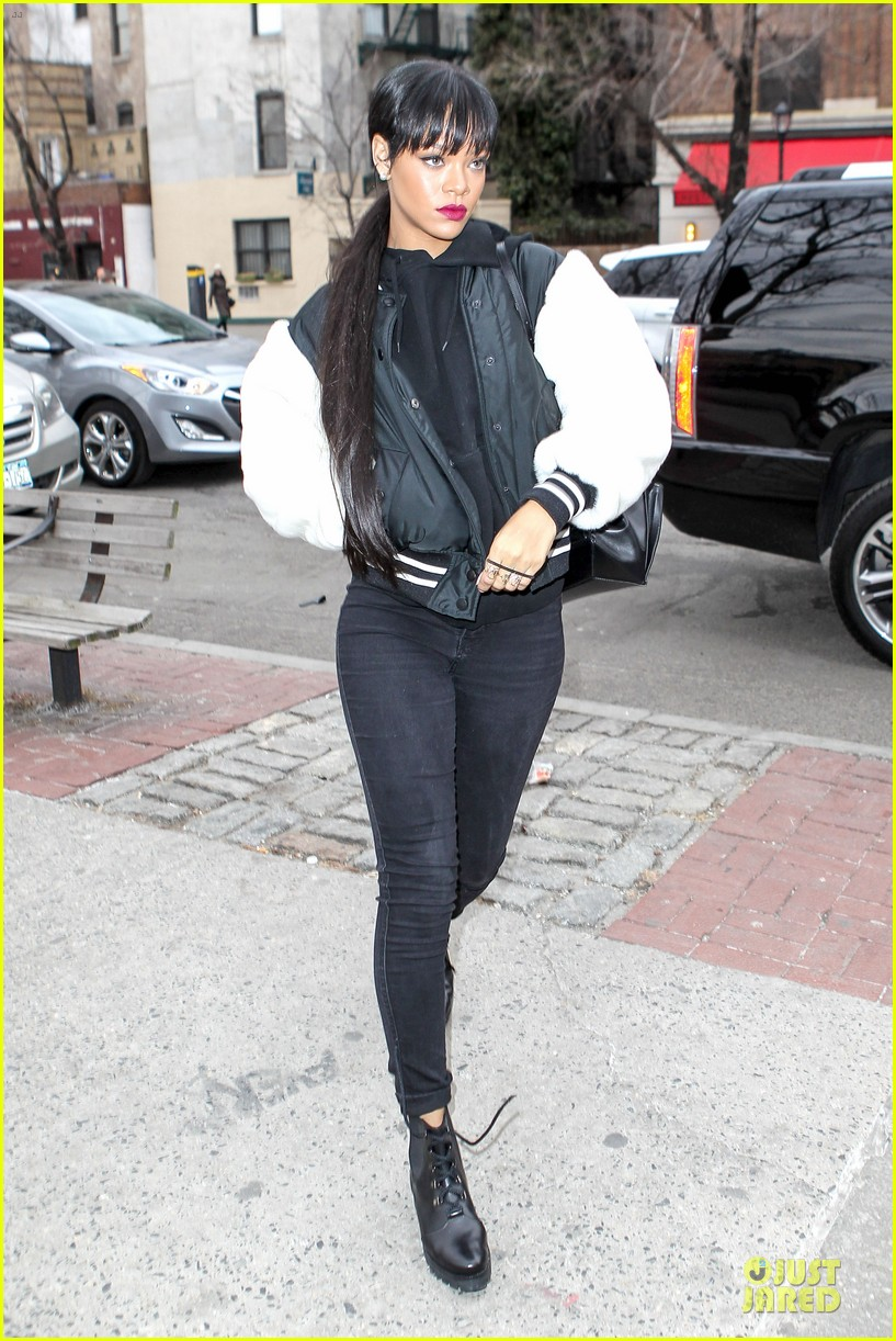 rihanna adds long hair extensions 073073575