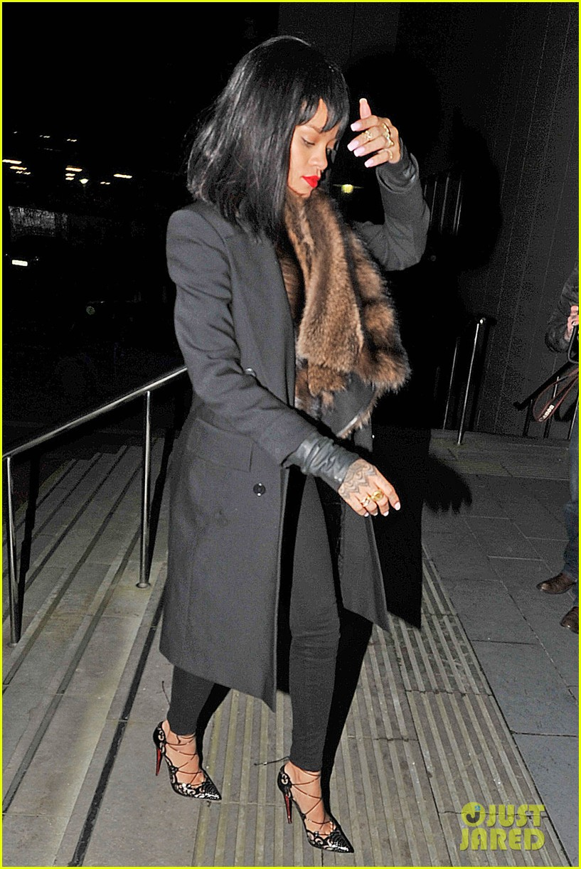 rihanna drake spotted holding hands on video 083070572