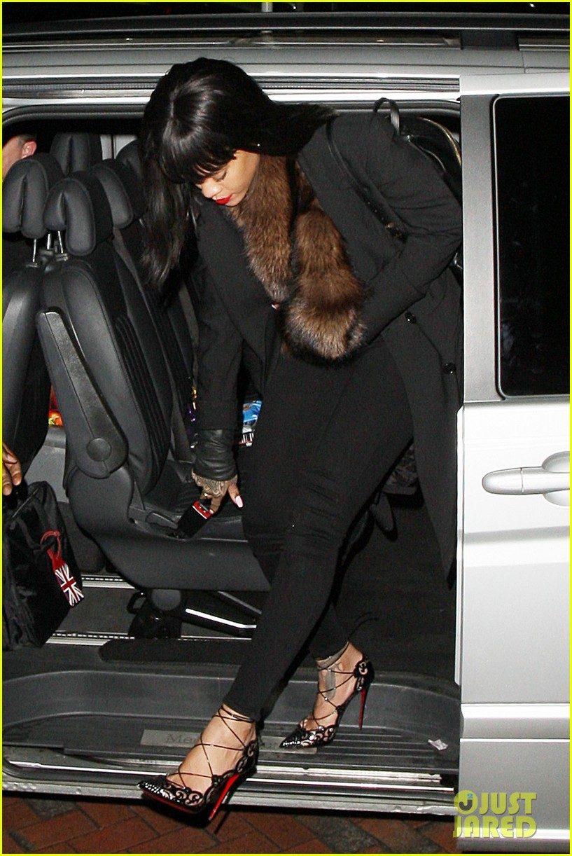 rihanna drake spotted holding hands on video 093070573