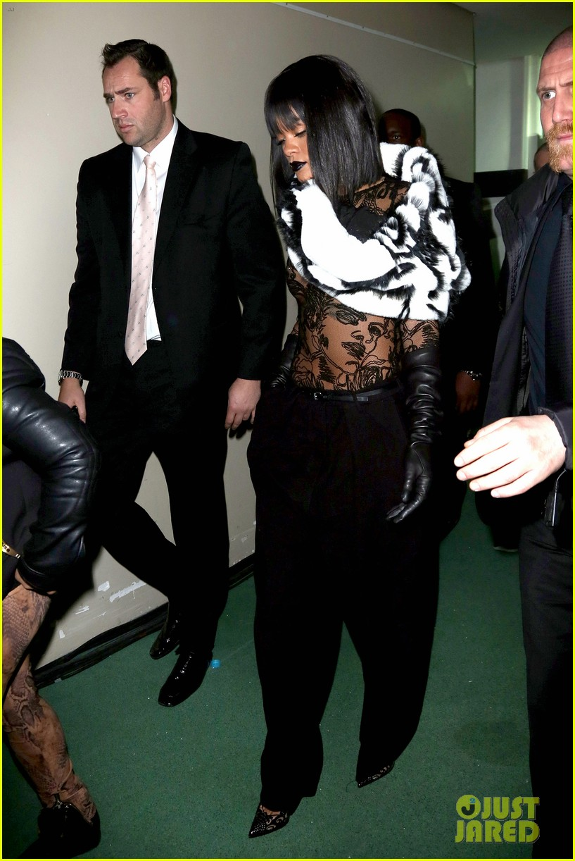 rihanna exposes her boob at jean paul gaultier show 03