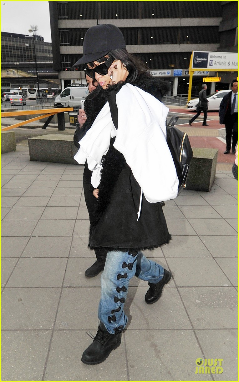 rihanna departs manchester after cozy dinner with drake 03