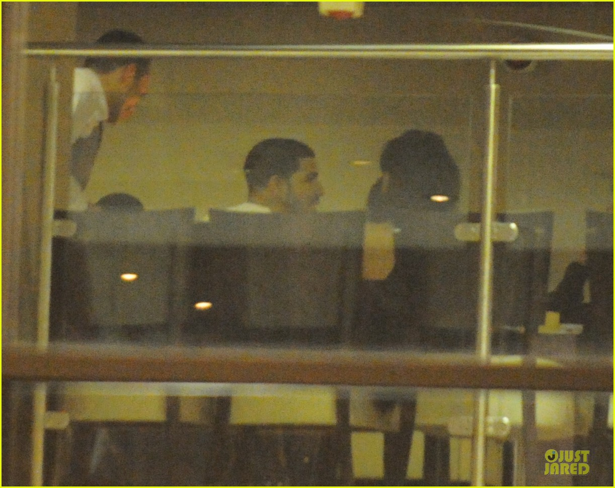 rihanna departs manchester after cozy dinner with drake 083072047