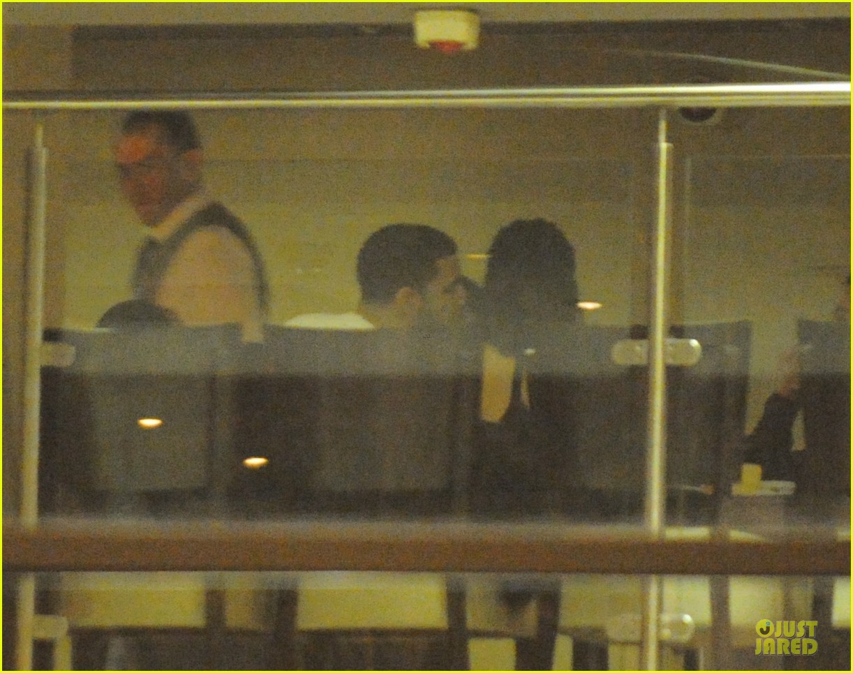 rihanna departs manchester after cozy dinner with drake 093072048