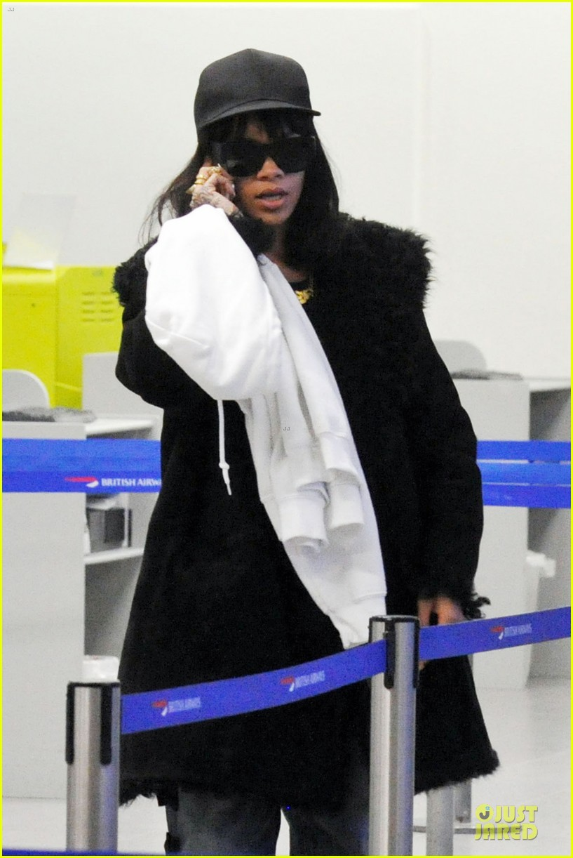 rihanna departs manchester after cozy dinner with drake 143072053